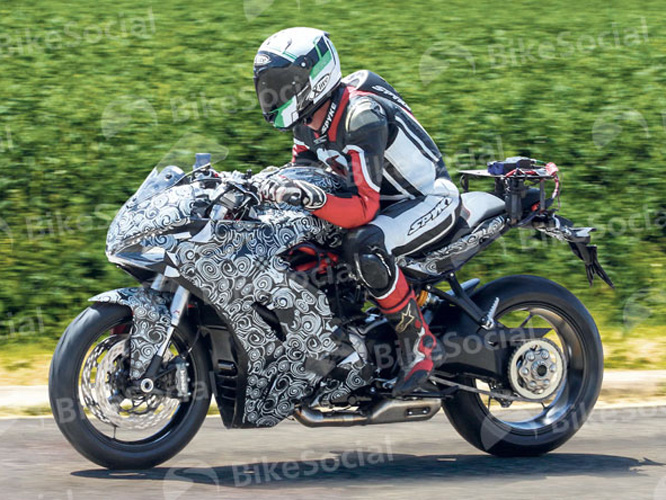 La future Ducati SuperSport shootée en plein test