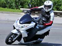 tous les tests premier test honda pcx le scooter low cost en fanfare. Black Bedroom Furniture Sets. Home Design Ideas