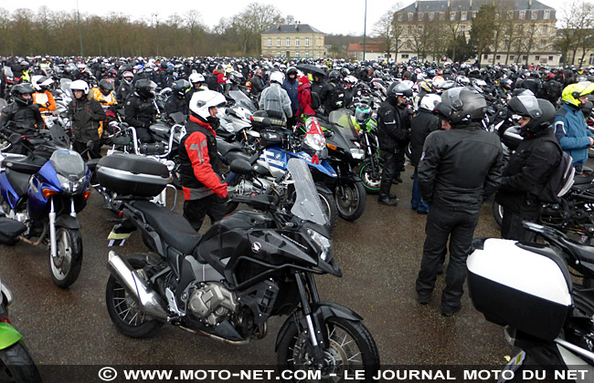 Motards et automobilistes défilent dans Paris contre la limitation de vitesse à 80 km/h